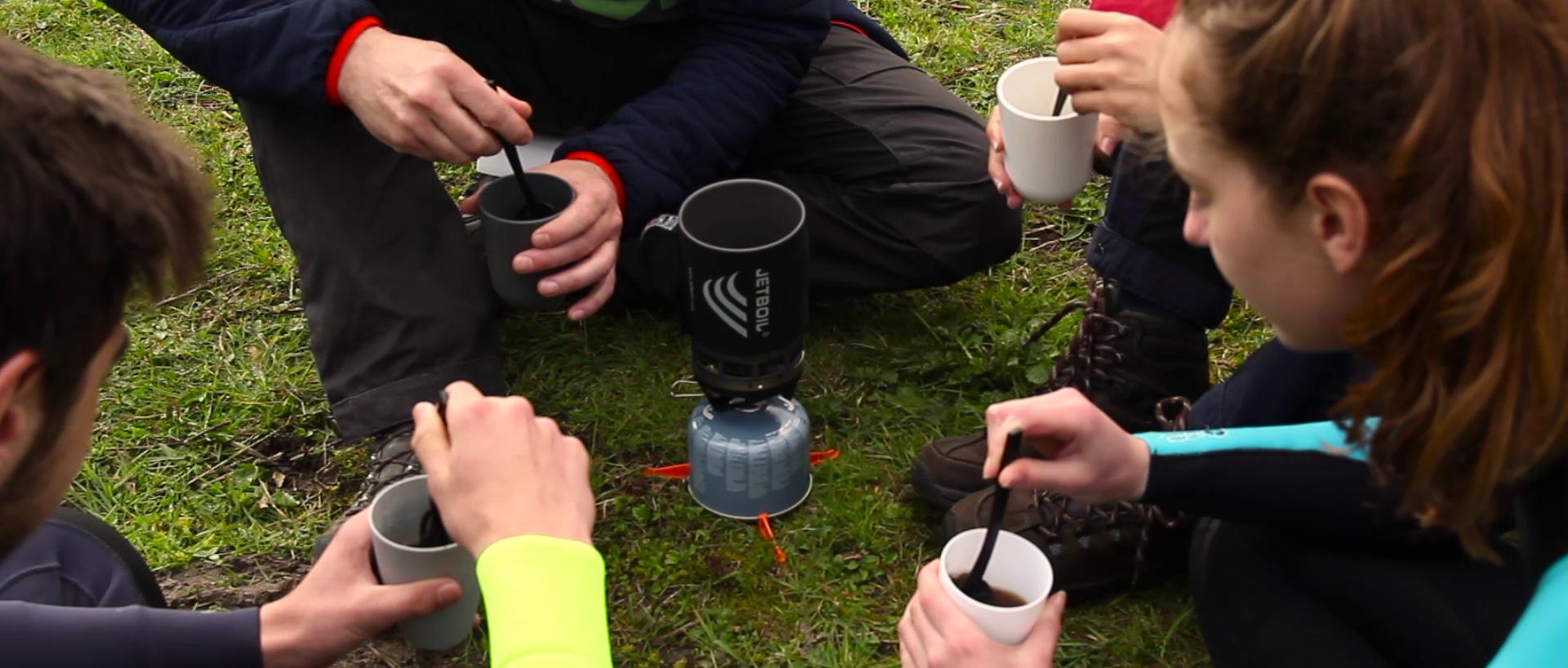 bruu travel coffee maker groep vrienden maakt bruu