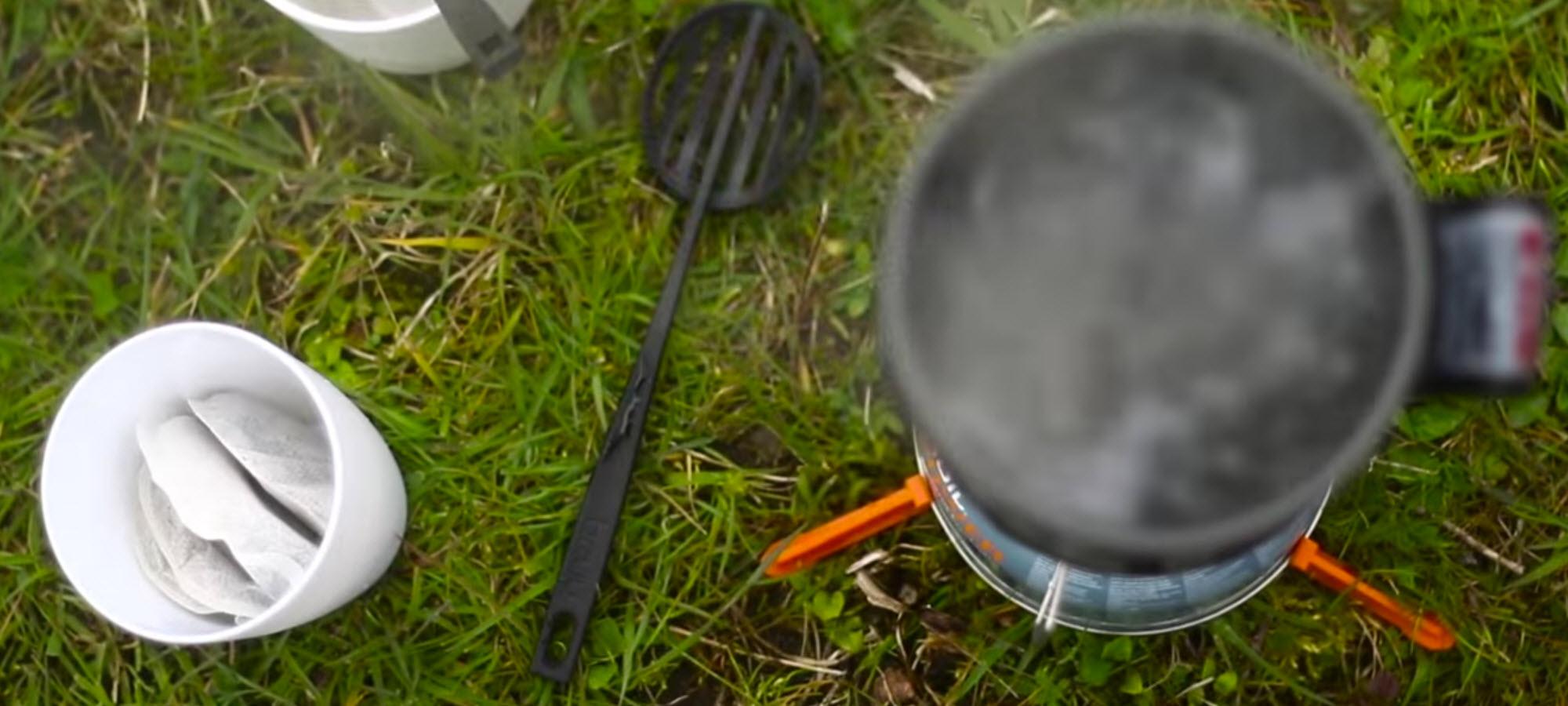 shot uit de bruu promo film. Hier wordt water gekookt met de Jetboil.